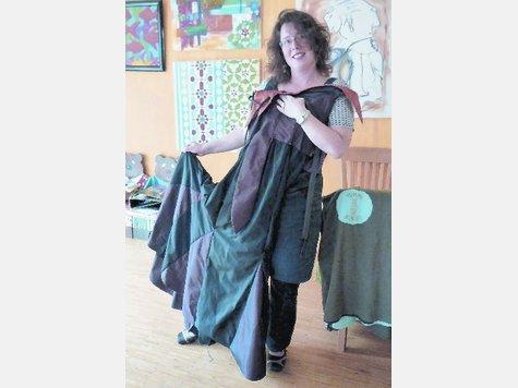 """Schöne Handarbeit: Wibke Filipponi hält sich eines der Kostüme an, die sie ehrenamtlich für das Musical """"Christophorus"""" entworfen hat. Ende des Monats ist Anprobe. ▪"""