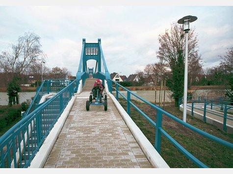 Umfunktioniert: Kinder haben die Rampe an der Südseite der Schulwegstegbrücke als Rennstrecke für sich entdeckt. Politiker des Stadtbezirkes bemängeln den Treppenauf- und Abgang an der Nordseite. ▪