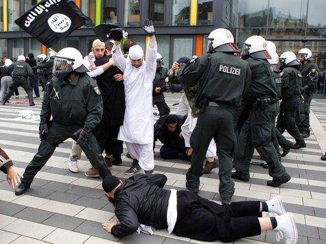عاجل جداً: اشتباكات أمام مسجد ملة إبراهيم بألمانيا 26135220-salafisten.9