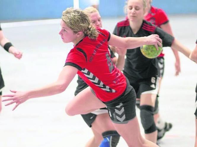 Noch ein Punkt fehlt Kreisläuferin Silja Mende-Kamps und den TuRa-Frauen zum ersehnten Oberliga-Aufstieg.