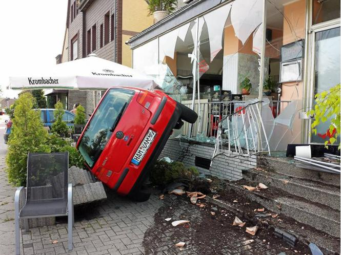 unfall 18 j hriger kracht mit auto in schaufenster von pelkumer pizzeria stadt hamm. Black Bedroom Furniture Sets. Home Design Ideas