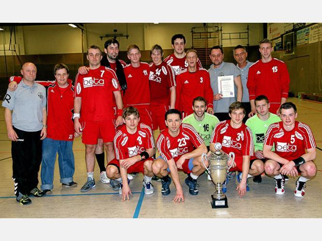 Schon im vergangenen Jahr hieß der Sieger bei den Herren im Kreis Hellweg HC TuRa Bergkamen, hier noch mit Trainer Jörg Rode (links).