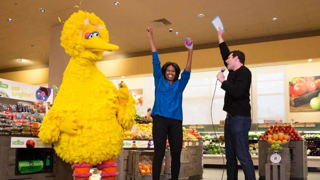 Amerikas First Lady Michelle Obama (M) tanzt mit Bibo und Billy Eichner (r). Foto: Amanda Lucidon/White House