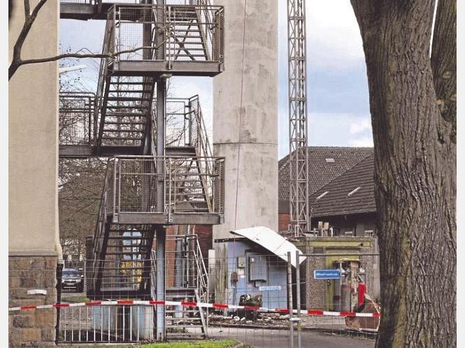 Am Fuß wird der Abriss des britischen Militär-Funkturms vorbereitet. - Fotos: Wiemer