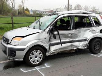 in ascheberg ereignete sich ein schwerer unfall bei dem ein lkw auf einen pkw aufgefahren ist. Black Bedroom Furniture Sets. Home Design Ideas