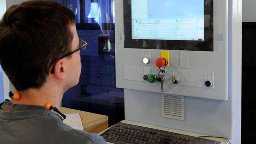 Der Tischler von heute muss CNC-Automaten für Bohr- und Fräsarbeiten bedienen können.