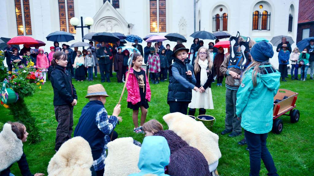 Mehr als 180 Kinder und Erwachsene trotzten am Donnerstagabend dem Regen bei den Lambertusspielen in Walstedde.