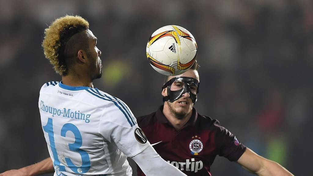 Schalke&#39s Eric Maxim Choupo-Moting and Prague¿s Matej Hybs vie for the ball during the UEFA Europa League football match AC Sparta Praha vs FC Schalke 04 in Prague, on November 5, 2015. AFP PHOTO / JOE KLAMAR