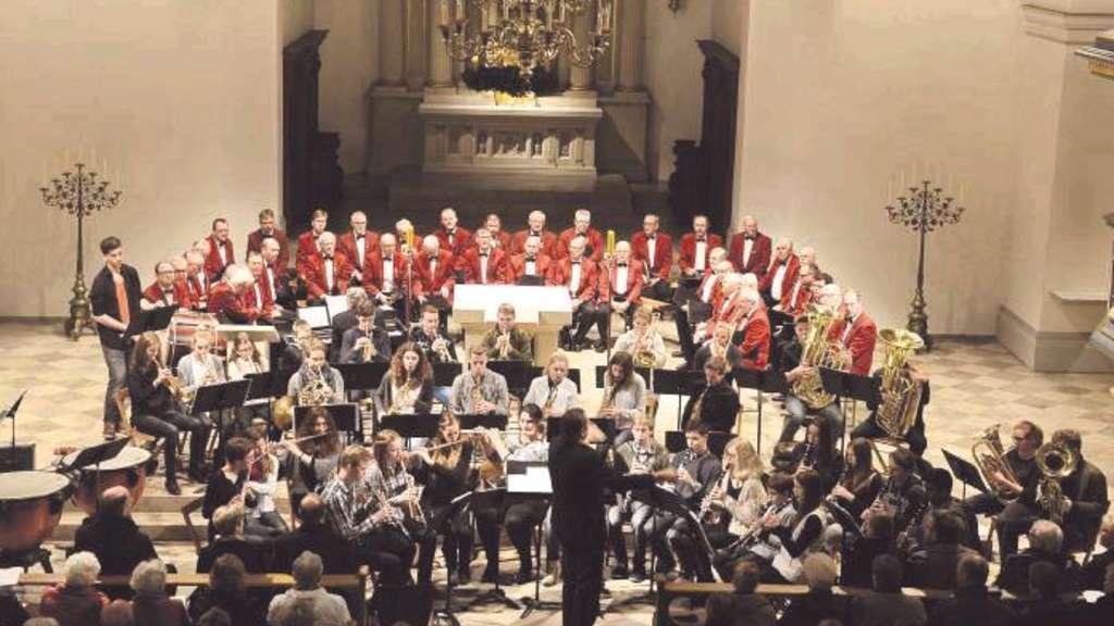 Das Blasorchesters Galissimo unterstütze in diesem Jahr die Sänger des MGV Drensteinfurt. - Foto: Wiesrecker
