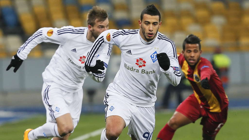 epa04506152 Younes Belhanda (C) of Dynamo Kiev in action during the UEFA Europa League Groupe J soccer match between FC Dynamo Kyiv and FC Rio Ave at Olimpiyskyi stadium in Kiev, Ukraine, 27 November 2014. EPA/SERGEY DOLZHENKO +++(c) dpa - Bildfunk+++
