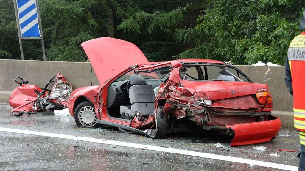 Auto kracht in Pannenfahrzeug - drei Schwerverletzte