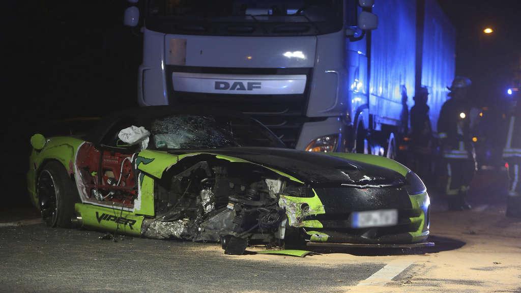 Lastenwagen überrolt Mann, nachdem er aus Cabrio geflogen ist
