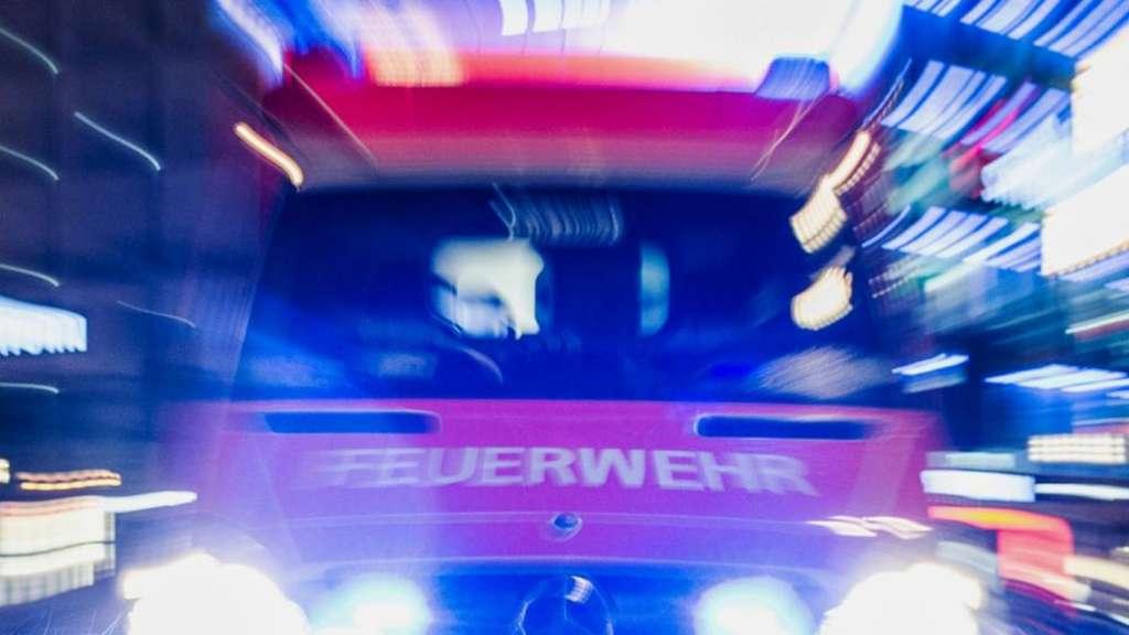 Lkw prallt auf Rastplatz gegen Säule - Fahrer schwer verletzt