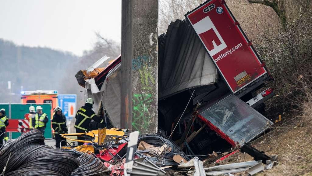 Horror-Crash auf der Autobahn Brückenpfeiler spaltet Lkw - Fahrer tot!