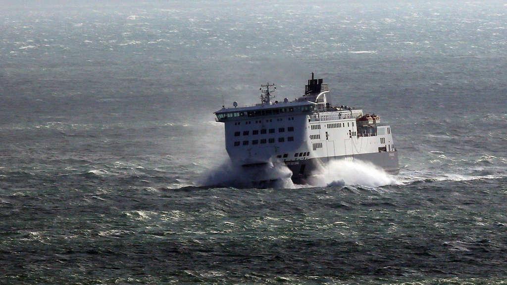 Fähre mit 335 Menschen in der Ostsee gestrandet