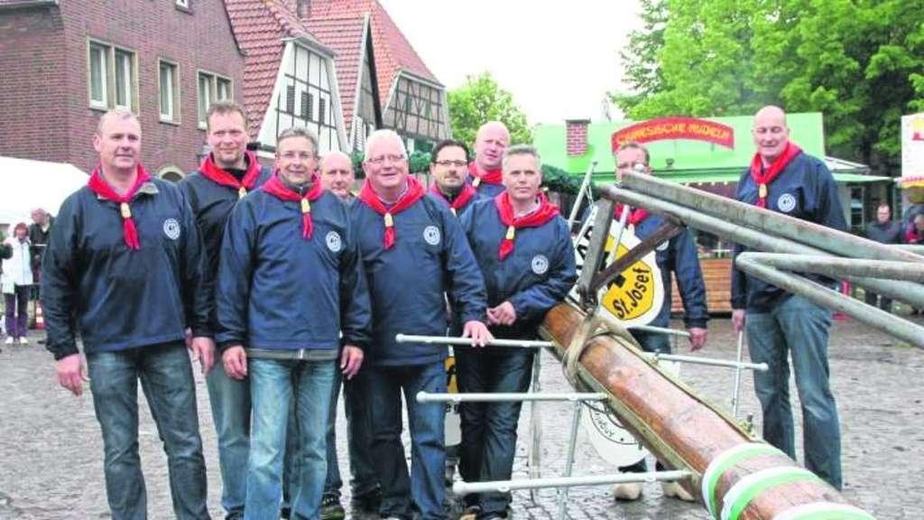 Der Vorstand der Drensteinfurter Bürgerschützen stellte auf dem Markt den Maibaum auf.