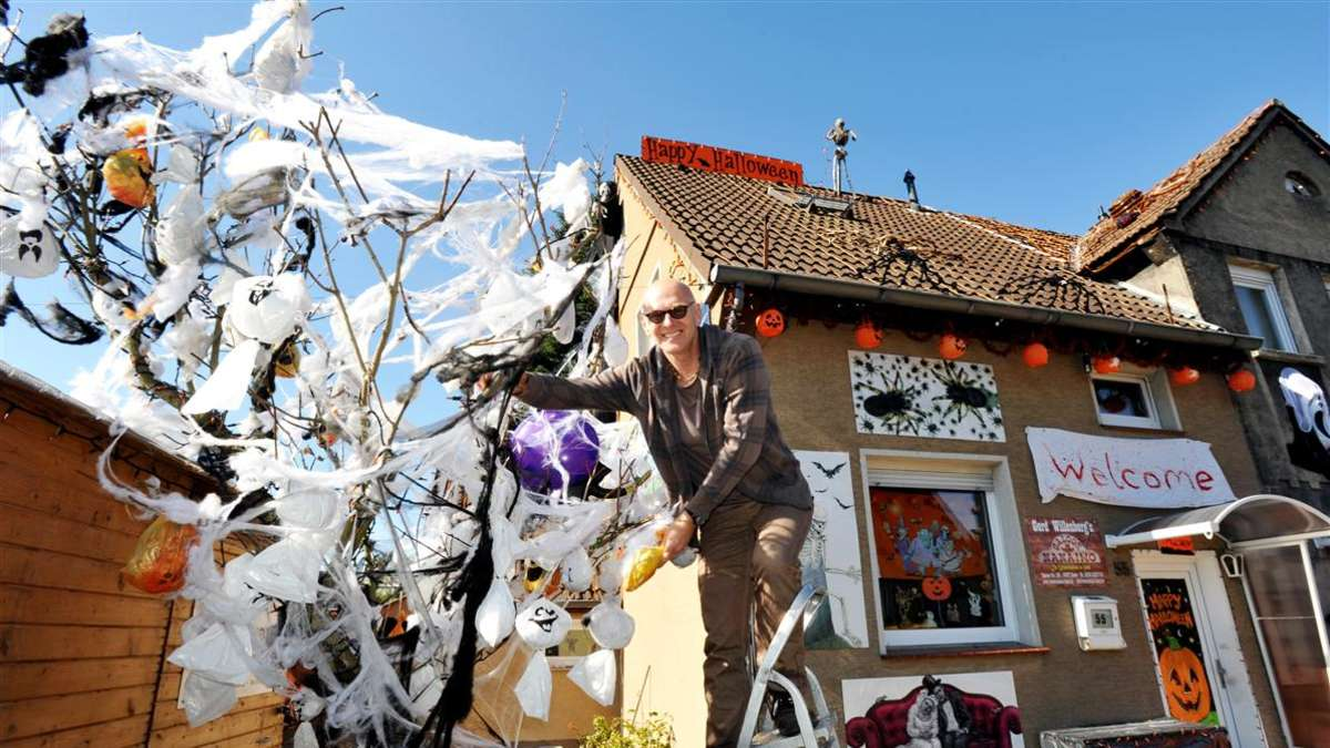 gruselmeister gerd willenberg er ffnet halloween haus am sonntag halloween. Black Bedroom Furniture Sets. Home Design Ideas