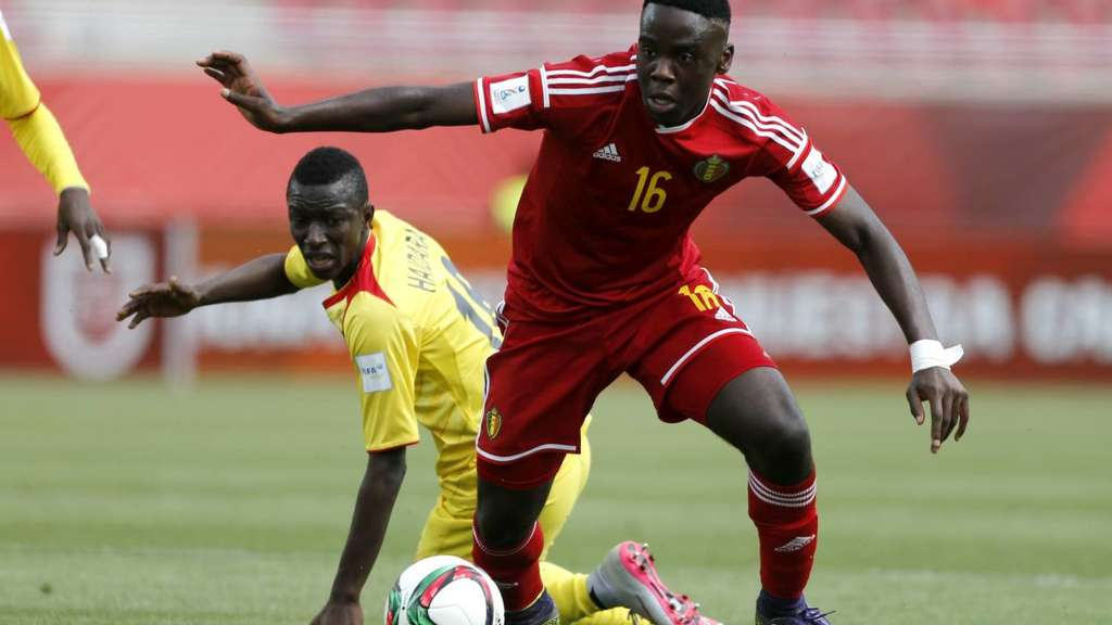 epa05013259 Orel Johnson Mangala (R) of Belgium vies for the ball with Amadou Haidara (L) of Mali during the Under-17 FIFA World Cup semifinal match between Mali and Belgium at La Portada stadium in La Serena, Chile, 05 November 2015. EPA/ANDRES PINA +++(c) dpa - Bildfunk+++