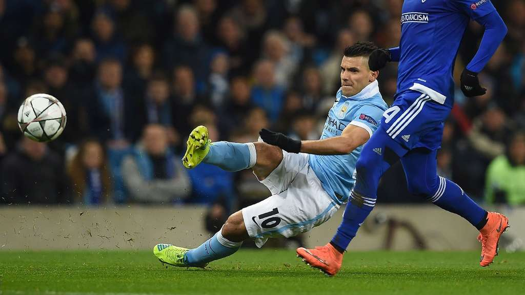 Dynamo Kiev&#39s Portuguese midfielder Miguel Veloso (R) vies with Manchester City&#39s Argentinian striker Sergio Aguero as he attempts a shot on goal during a UEFA Champions League last 16, second leg football match between Manchester City and Dynamo Kiev at the Etihad Stadium in Manchester, north west England, on March 15, 2016. / AFP PHOTO / PAUL ELLIS
