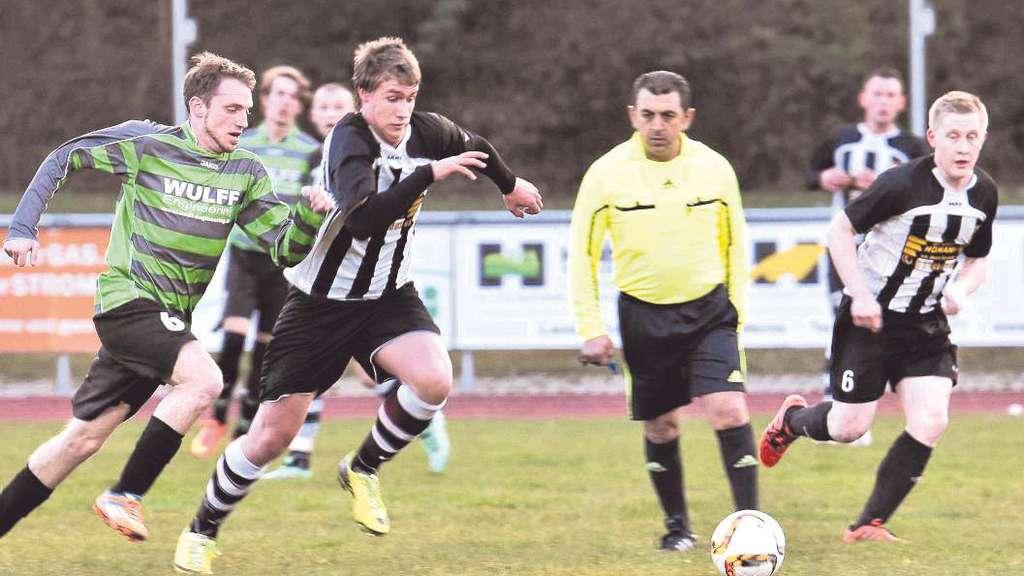Eintracht-Spieler Jason Kaufmann im Laufduell mit SV Stockums Candy Opslölder. - Foto: Zöllner