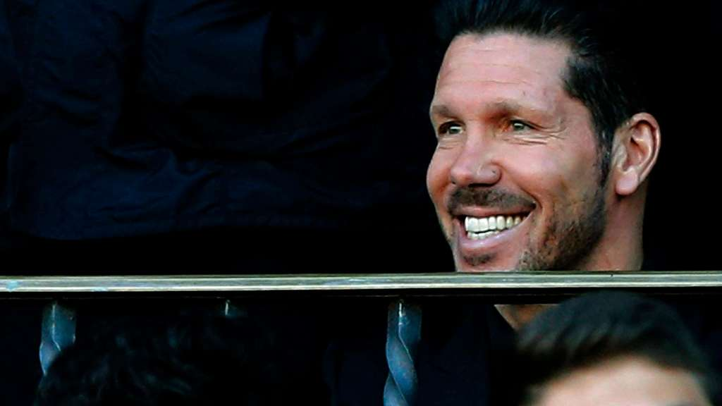 epa05284508 Atletico Madrid&#39s Argentinian head coach Diego Simeone (R) sits on the director&#39s box before the Spanish Liga Primera Division soccer match against Rayo Vallecano played at the Vicente Calderon stadium, in Madrid, Spain, 30 April 2016. EPA/KIKO HUESCA +++(c) dpa - Bildfunk+++