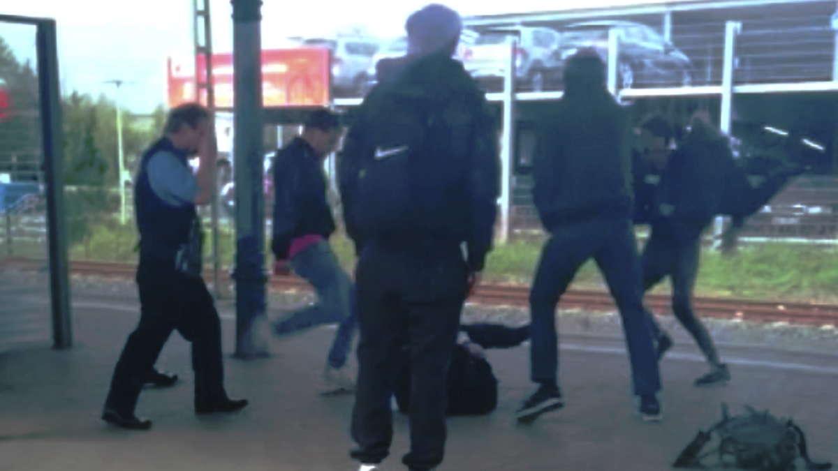 Brutale Tritte in Soest auf am Boden liegenden Kontrolleur der Eurobahn