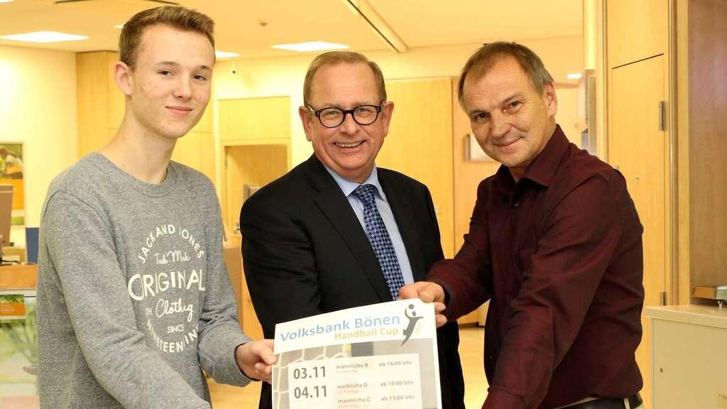 Freuen sich auf ihr Turnier Eckhard Wilke von der Volksbank (Mitte) sowie Dustin Wollek und Karsten Schilling vom RSV - Foto: Liesegang