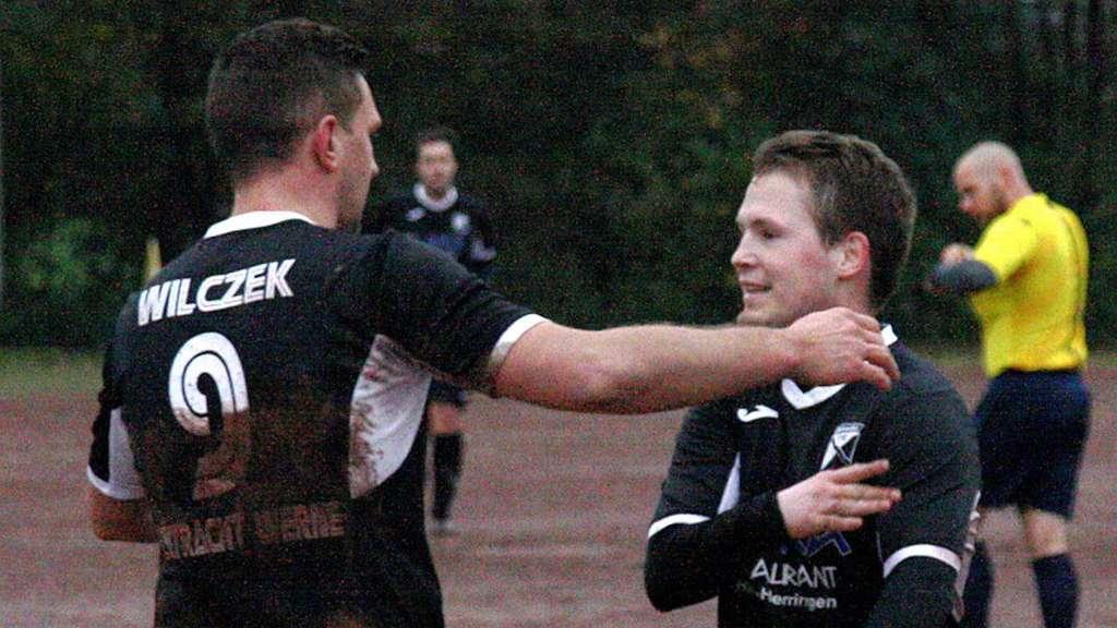 Torschütze Thomas Wilczek (links) feiert mit Nico Schiller seinen Treffer des Tages, der der Eintracht endlich wieder einen Sieg bescherte.