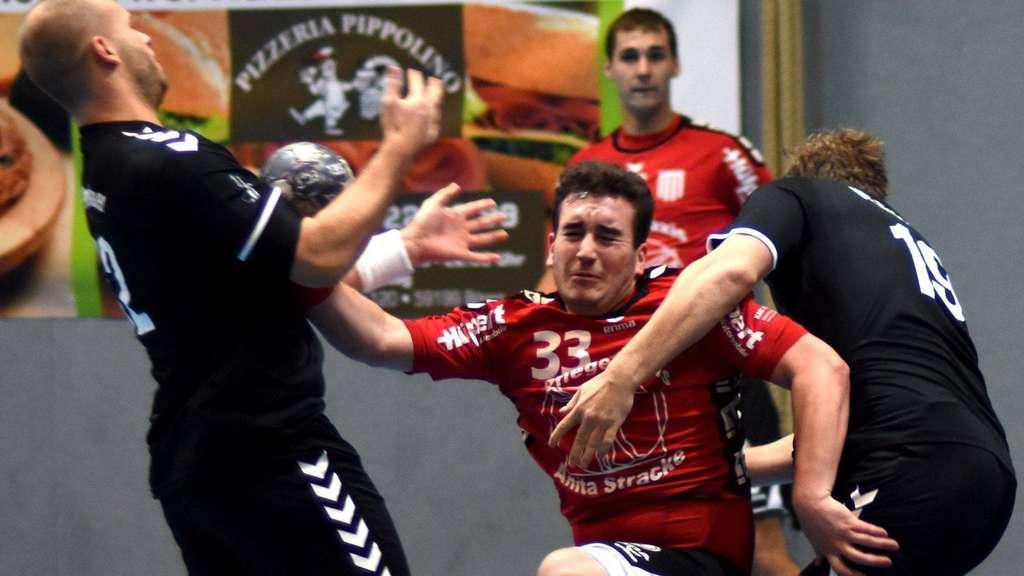 Das tat weh: Der RSV Altenbögge (Mitte Felix Warias) ging gegen den VfL Brambauer im zweiten Durchgang unter - Foto: Baur