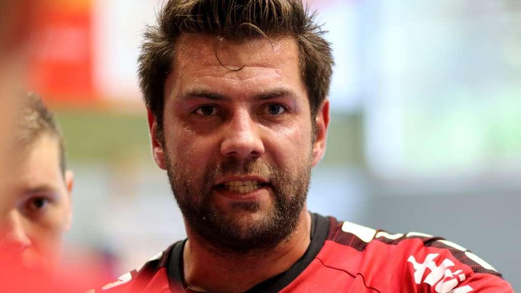 Trainer Tino Stracke zieht in Höchsten im Notfall ein Trikot an.- Foto: Markus Liesegang