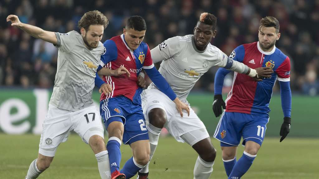 Mohamed Elyounoussi (2.v.l)l in Aktion gegen Daley Blind und Paul Pogba von Manchester United.