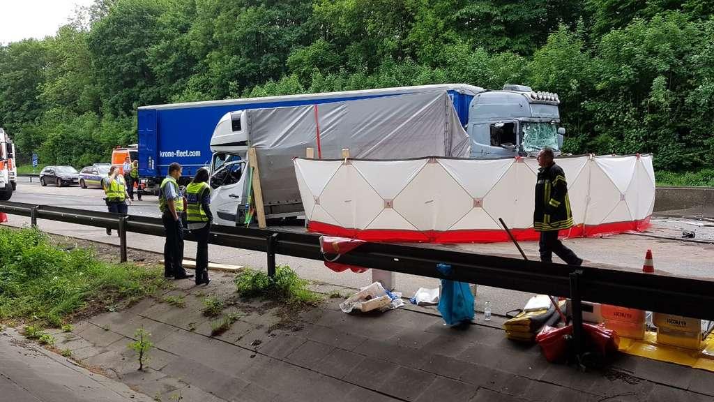 zwei tote bei schwerem unfall auf a 45 bei hagen autobahn noch stunden gesperrt nordrhein. Black Bedroom Furniture Sets. Home Design Ideas