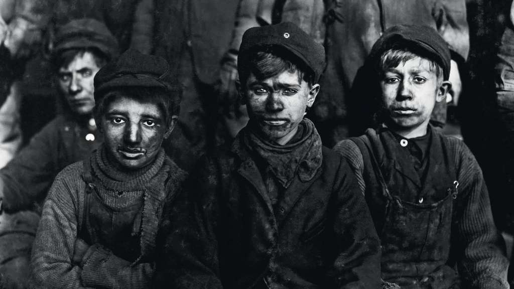 "Die Breaker Boys nahm Lewis Hine 1911 in Pittson, Pennsylvania, auf und notierte: ""Der kleinste ist Sam Belloma, Pine Street."" - Foto von Lewis Hine: Library of Congress, Prints & Photographs Division, National Child Labor Committee Collection"