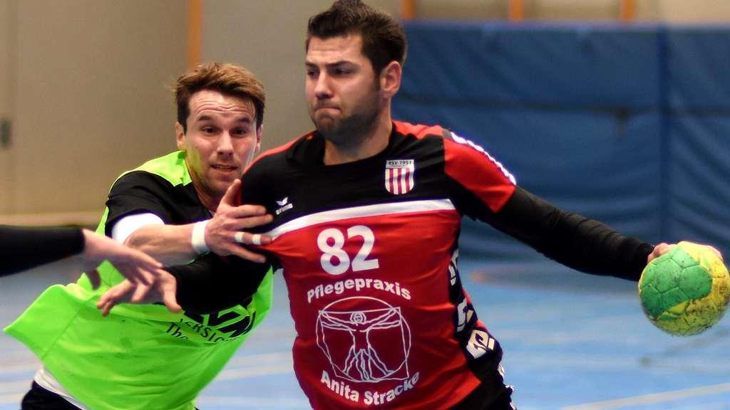 Wieder im Einsatz: RSV-Trainer Tino Stracke musste beim Spiel in Oespel-Kley selber ran. - Foto: Boris Baur