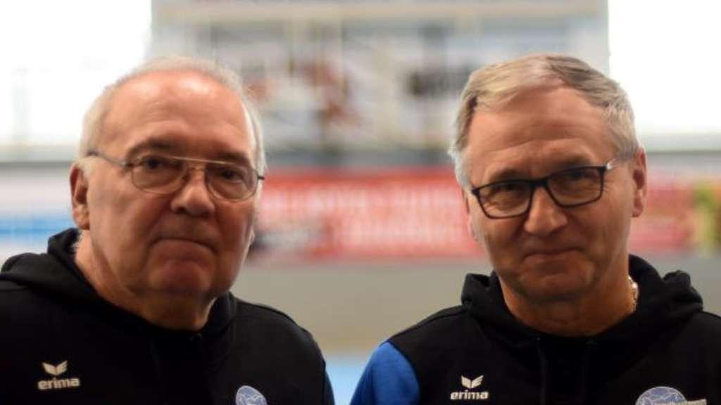 Kreisschiedsrichterwart Peter Elias (rechts mit Karl-Heinz Feldhaus) sieht den Kreis gut aufgestellt, der Kader müsse aber verjüngt werden.  - Foto: Boris Baur