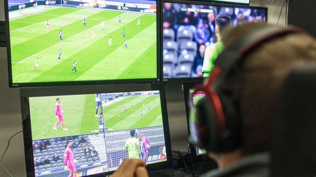 Ab dem Achtelfinale greift der Video-Schiedsrichter auch in der Champions League ein. (Symbolbild)
