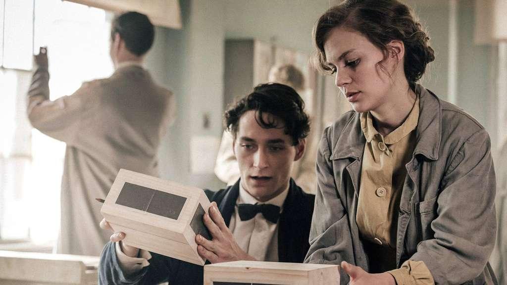 """In einer Bauhaus-Werkstatt: Die Schüler Lotte (Alicia von Rittberg) und Paul (Noah Saavedra) entwerfen ihr erstes gemeinsames Architekturmodell. Szene aus dem TV-Film """"Lotte am Bauhaus"""". Foto: honzikmdr/ufa"""