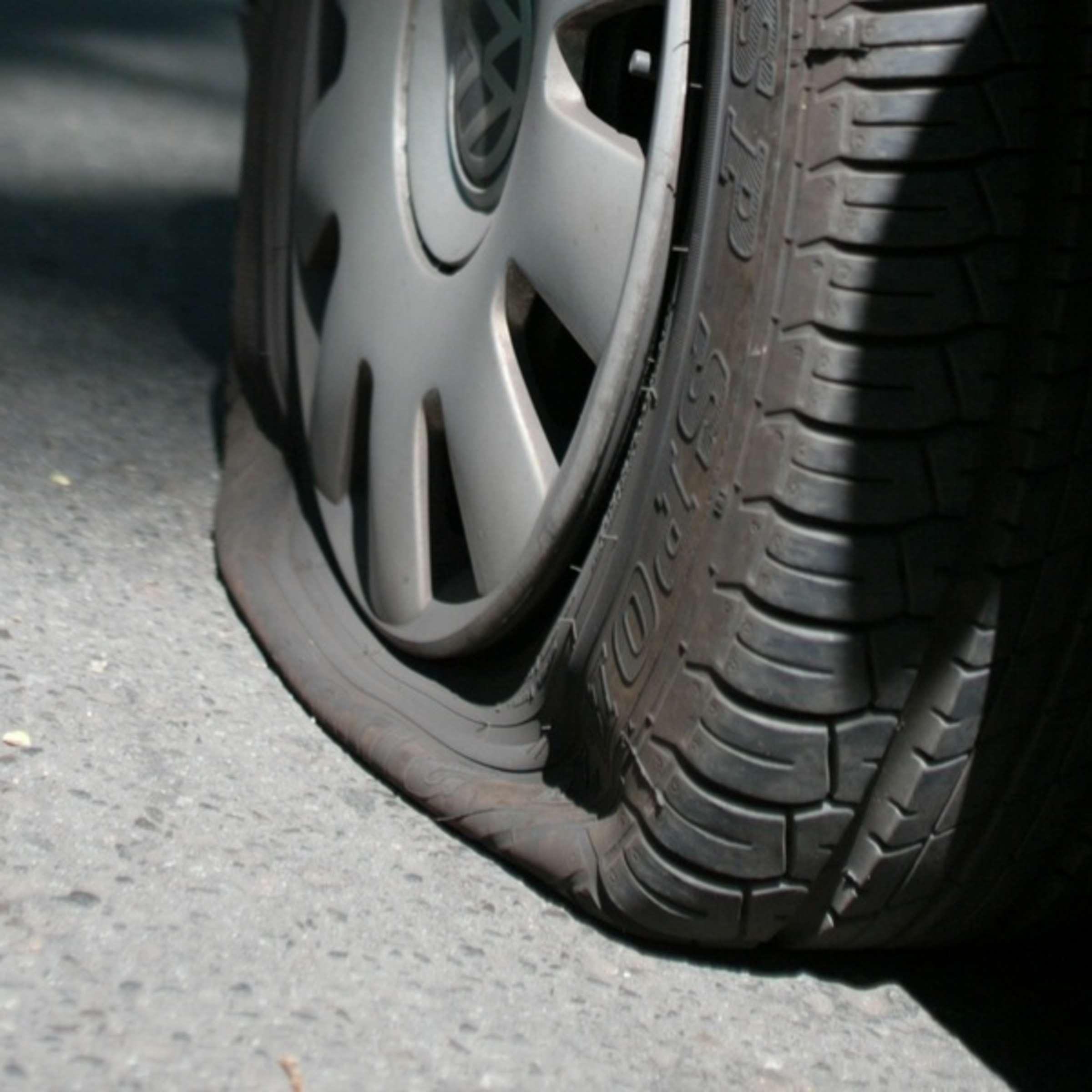 Unfall mit Verkehrsinsel stoppt sie nicht: Seniorin fährt in