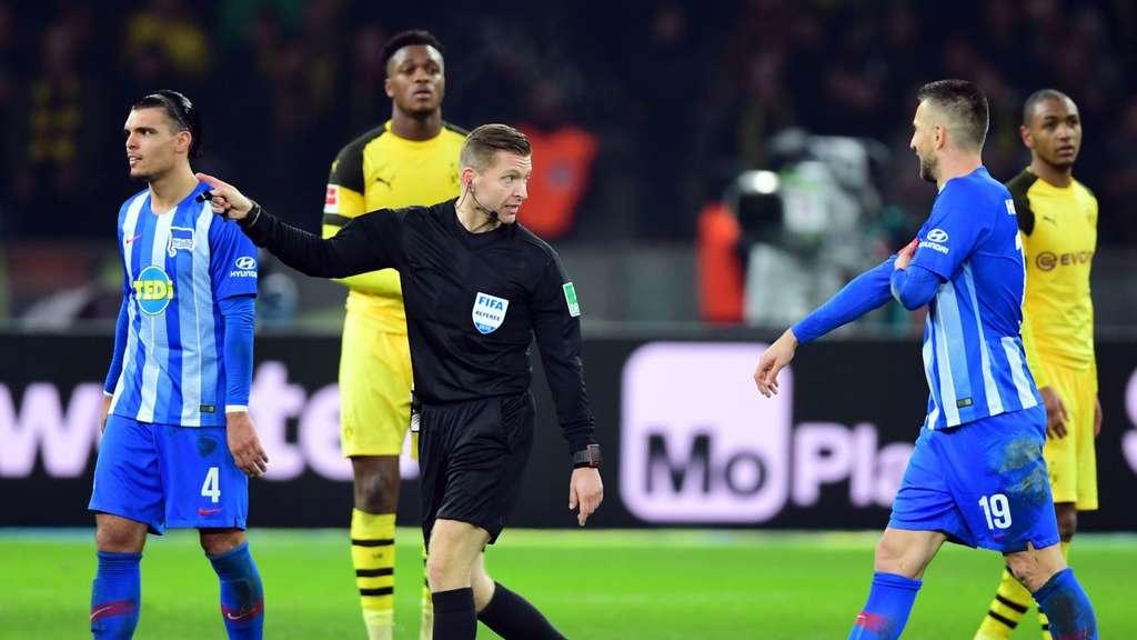"""""""Ich gucke mir das jetzt noch mal an und dann fliegst du"""", könnte Schiedsrichter Tobias Welz in dieser Situation zu Vedad Ibisevic (rechts) gesagt haben beim Spiel Hertha BSC gegen BVB."""