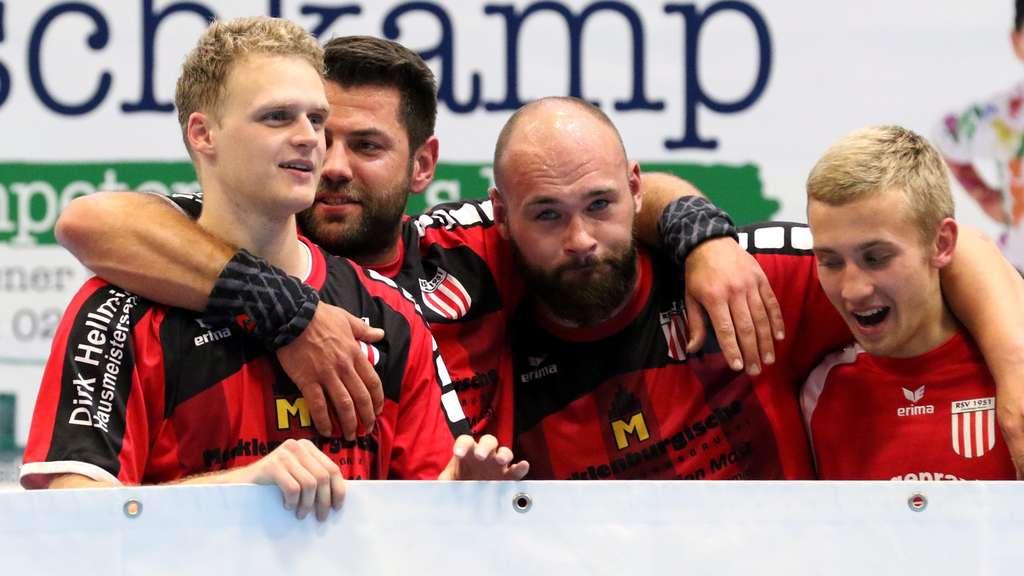 Ein letztes Mal Timo Weber (Zweiter von rechts) das RSV-Trikot an und coachte Tino Stracke (zweiter von links) die Mannschaft. - Foto: Markus Liesegang