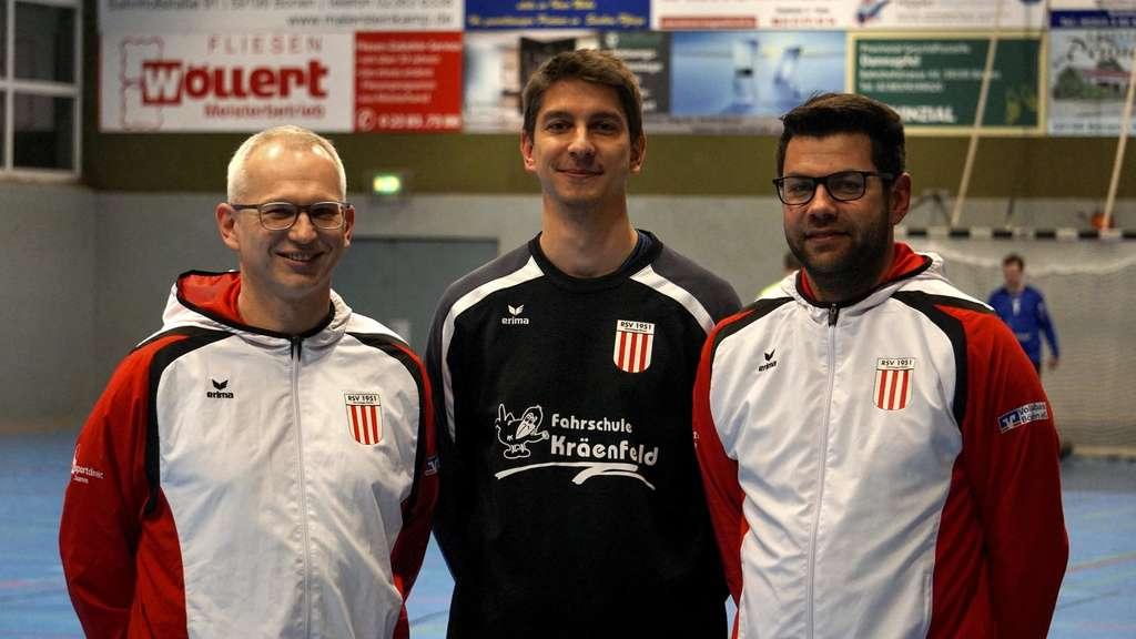 Jens Schulte-Vögeling (Mitte), Nachfolger von RSV-Coach Tino Stracke (rechts), setzt in Zukunft auf die Zusammenarbeit mit Altenbögges A-Jugendtrainer Thomas Wollek (links).