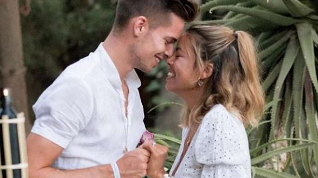 Julian Weigl hat sich mit Sarah Richmond verlobt.