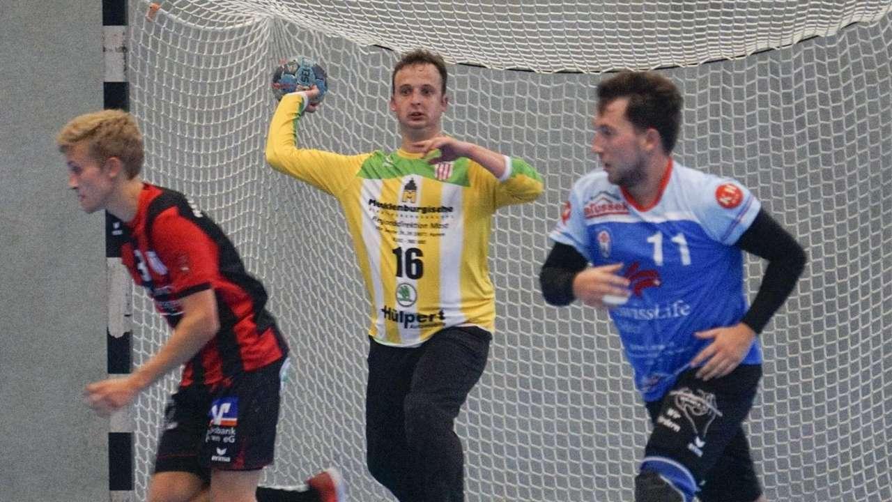 Niklas Dickschat (Mitte) wird in der kommenden Saison beim RSV zwischen den Pfosten stehen.© Wollek