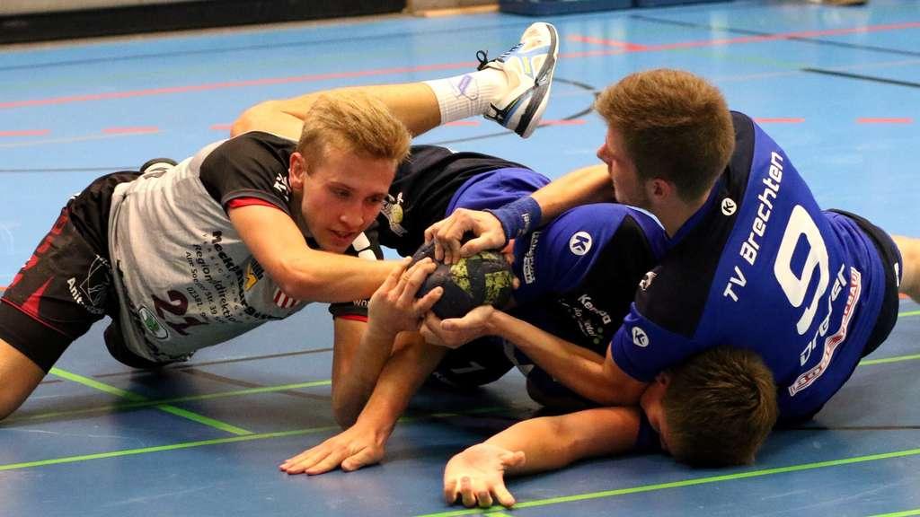 Auch in der zweiten Saisonhälfte wollen die Altenbögger (links Philipp Isenbeck) alles für den Erfolg geben und jedem Ball hinterhergehen.© Markus Liesegang