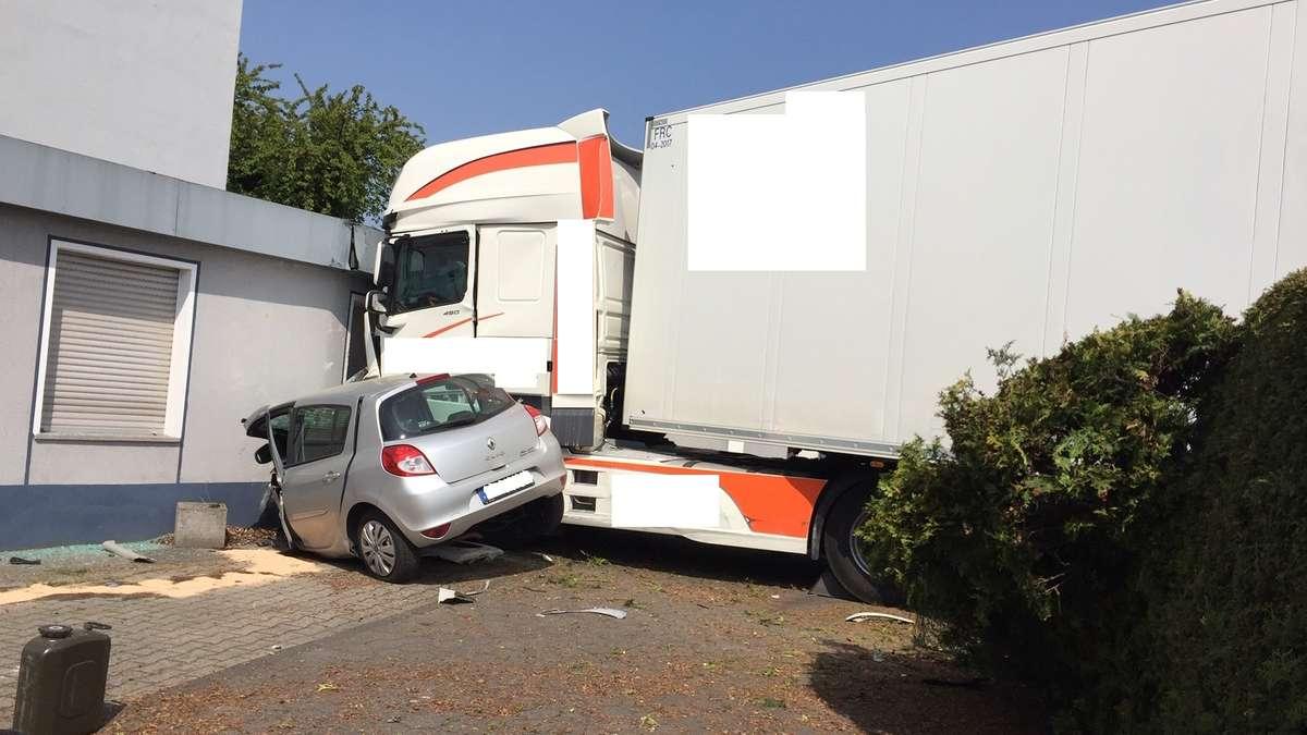 Lkw kracht samt Clio in Hauswand auf dem Bockumer Weg ...