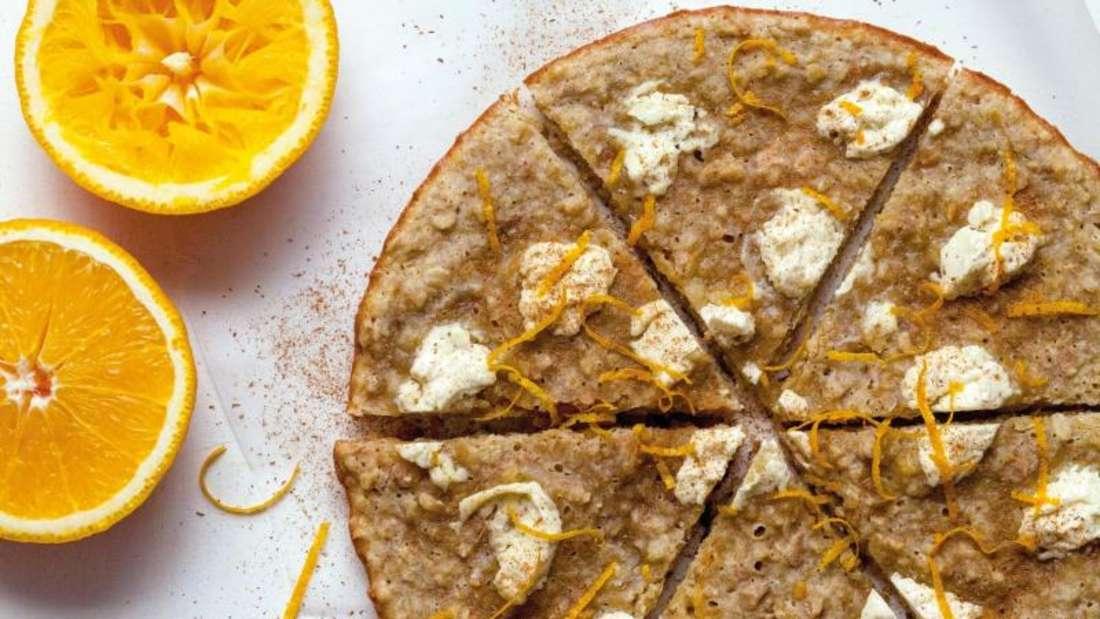 Der Hafer-Orangen-Cookie wird zunächst für zehn Minuten ohne Deckel gebacken. Dann kommt Frischkäse hinzu und für weitere fünf Minuten der Deckel drauf. Schließlich muss der Keks bei geschlossenem Deckel für 15 Minuten abkühlen. Foto: Akiko Ida/Jan Thorbecke Verlag/dpa-tmn