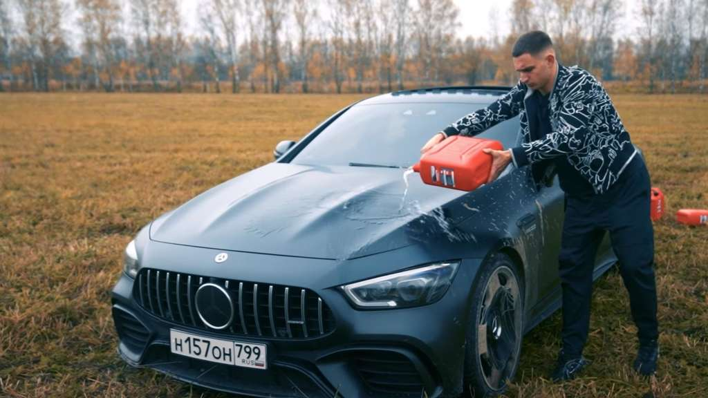 Irre Aktion: Influencer fackelt seinen Mercedes AMG ab – Video geht viral