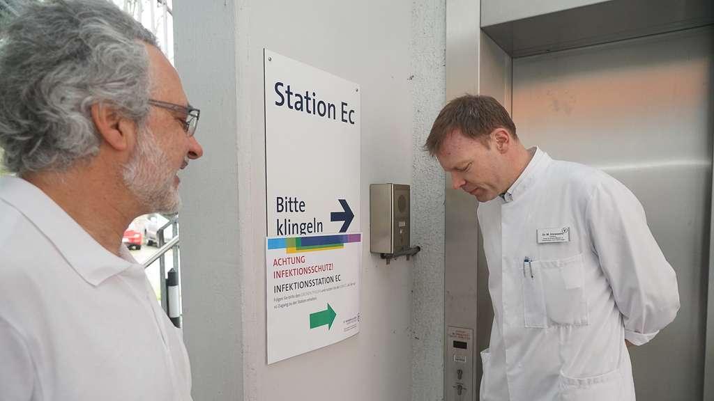 Bedient nicht die Alarmglocke: Chefarzt Dr. Markus Unnewehr (rechts, hier auf einem Archivbild vor Einführung der Maskenpflicht) zusammen mit Dr. Rainer Löb vor dem Aufgang zur Infektionsstation an der Barbara-Klinik.