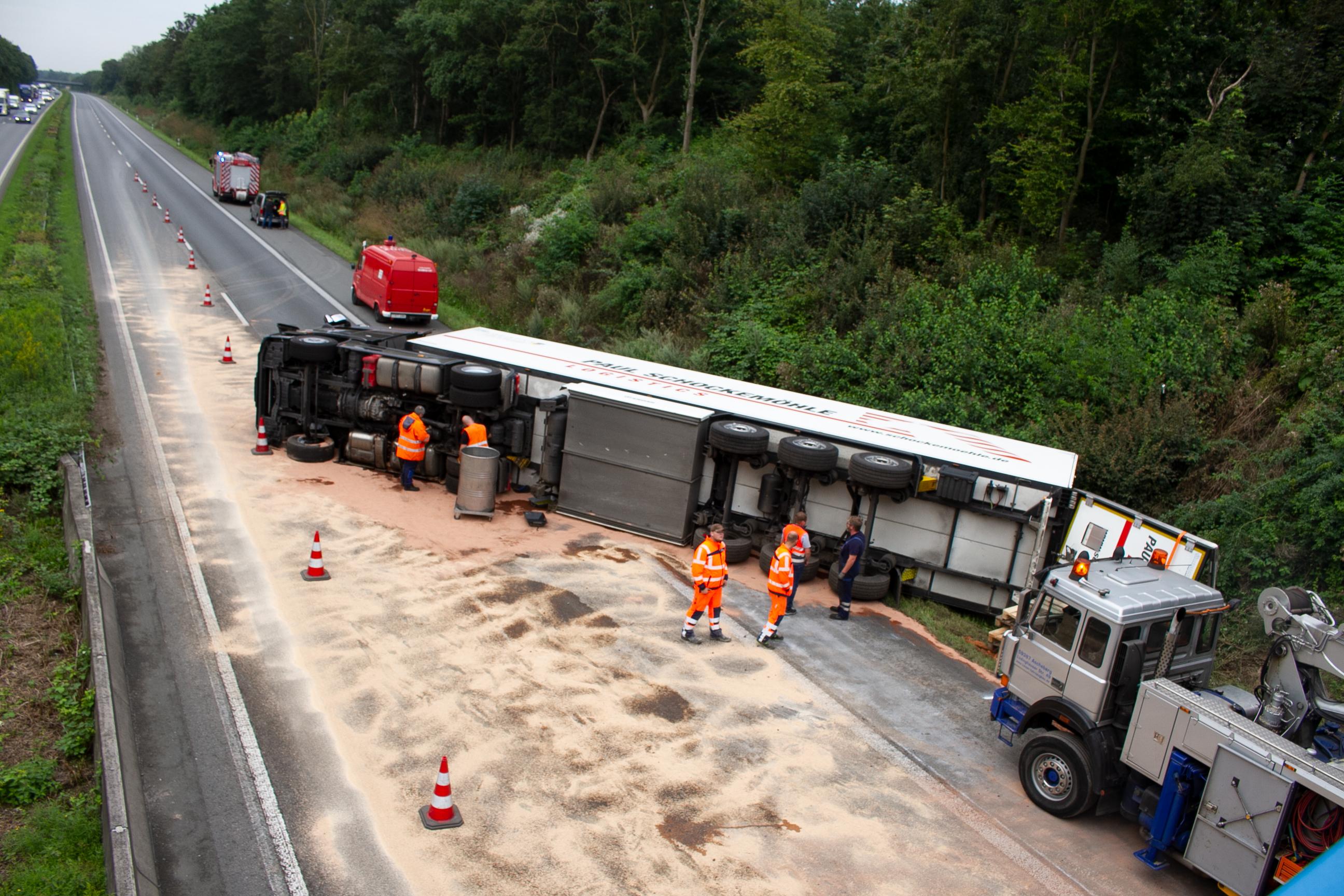 A1 stundenlang dicht: Lkw voller Tiefkühlpommes kippt um - Fahrbahn wieder frei