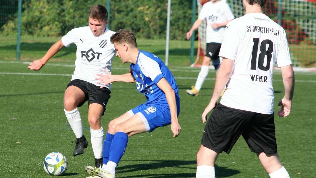 Dario Popil (in Weiß) verkürzte kurz vor dem Pausenpfiff mit einem gekonnten Heber für den SV Drensteinfurt.